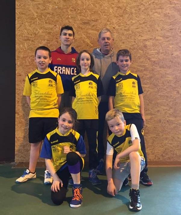 L'équipe des Mini-Poussins et leurs coachs.