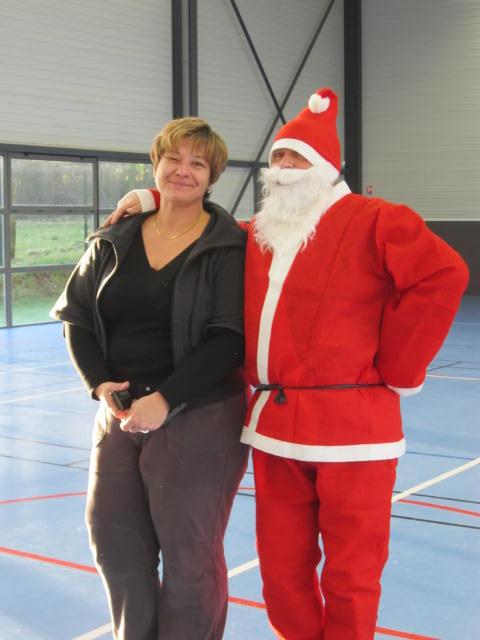 À vous de trouver qui se cache derrière le costume du Père Noël.