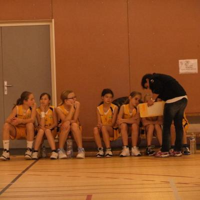 Les Benjamines et leur coach.