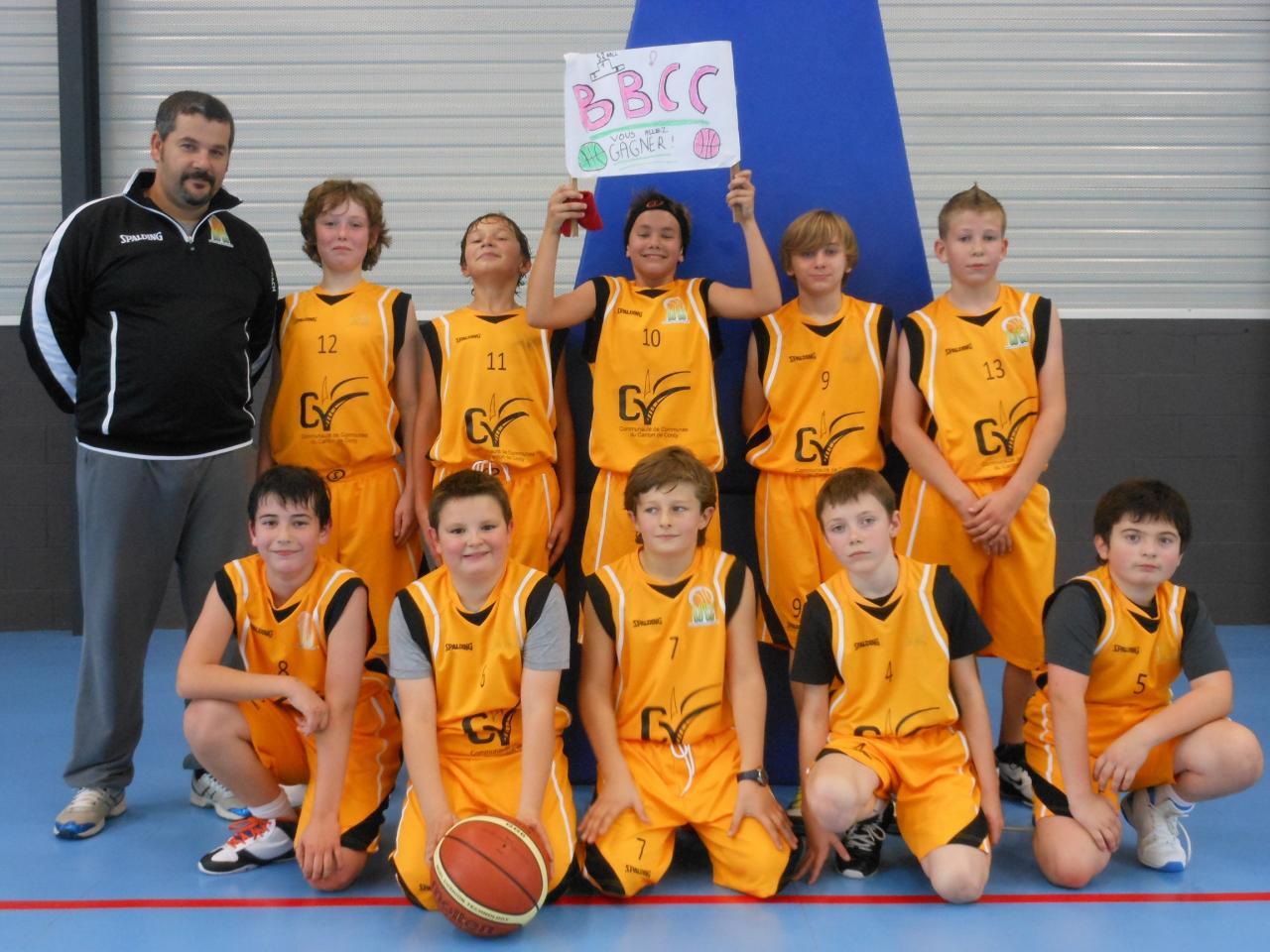 Équipe Benjamins avec leur coach Fred. DELAHAYE