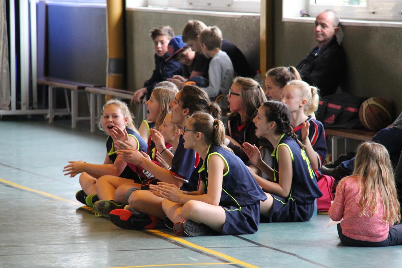 Les joueuses de Villers-Bretonneux spectatrices de la petite finale.