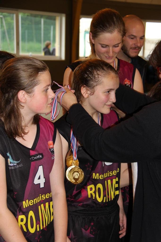 Remise des médailles aux joueuses du CAPBB.
