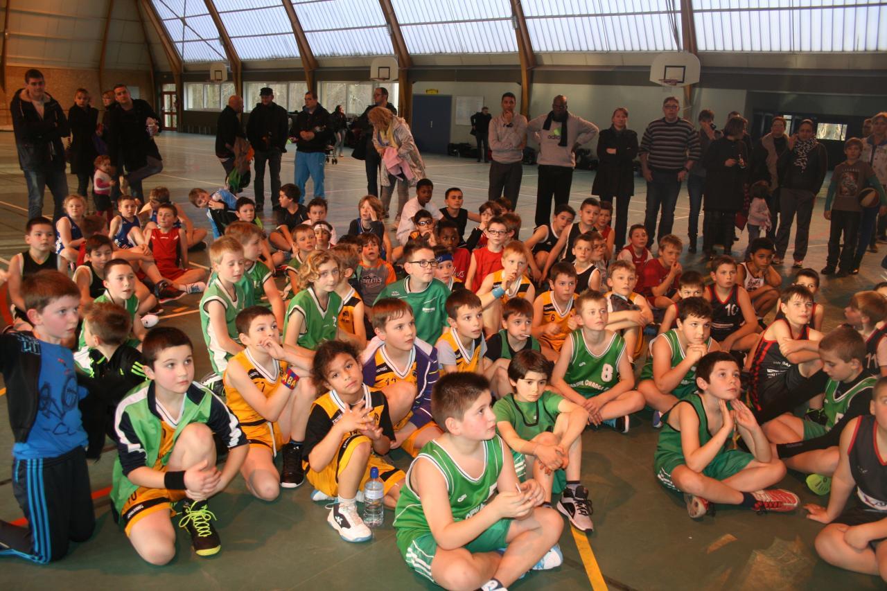 Les enfants des clubs participants réunis.