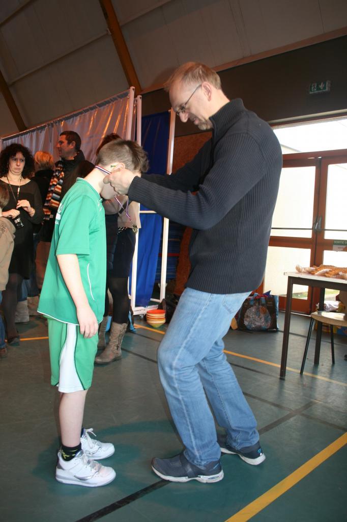 Remise des médailles aux jeunes participants.