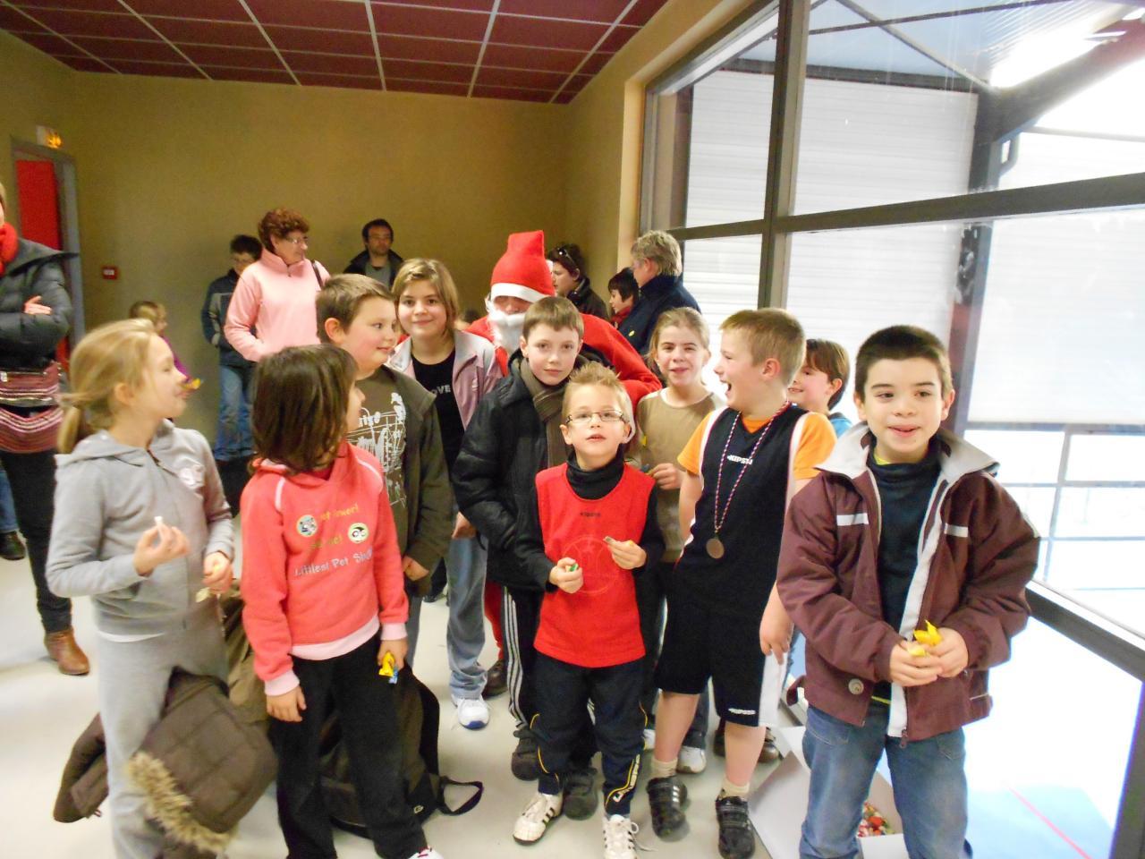 Les enfants du club autour du Père Noël