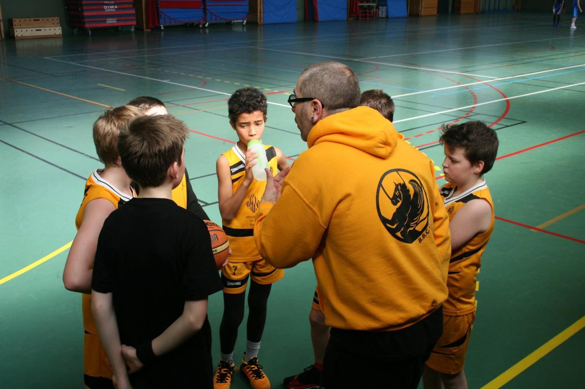 Les U13 Benjamins et leur coach.